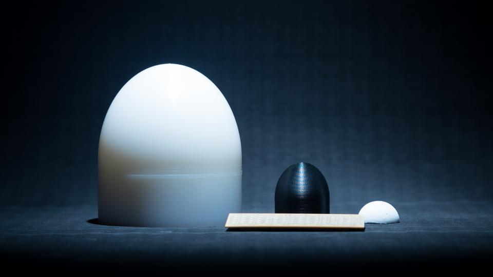 Kuvassa vasemmalta oikealle on PE-muovista sorvattu linssi 5G-tajuudelle, ABS-muovista 3D-tulostettu linssi 6G-taajuudelle ja nanosellusta muottivalettu keraamilinssi 6G-taajuudelle.