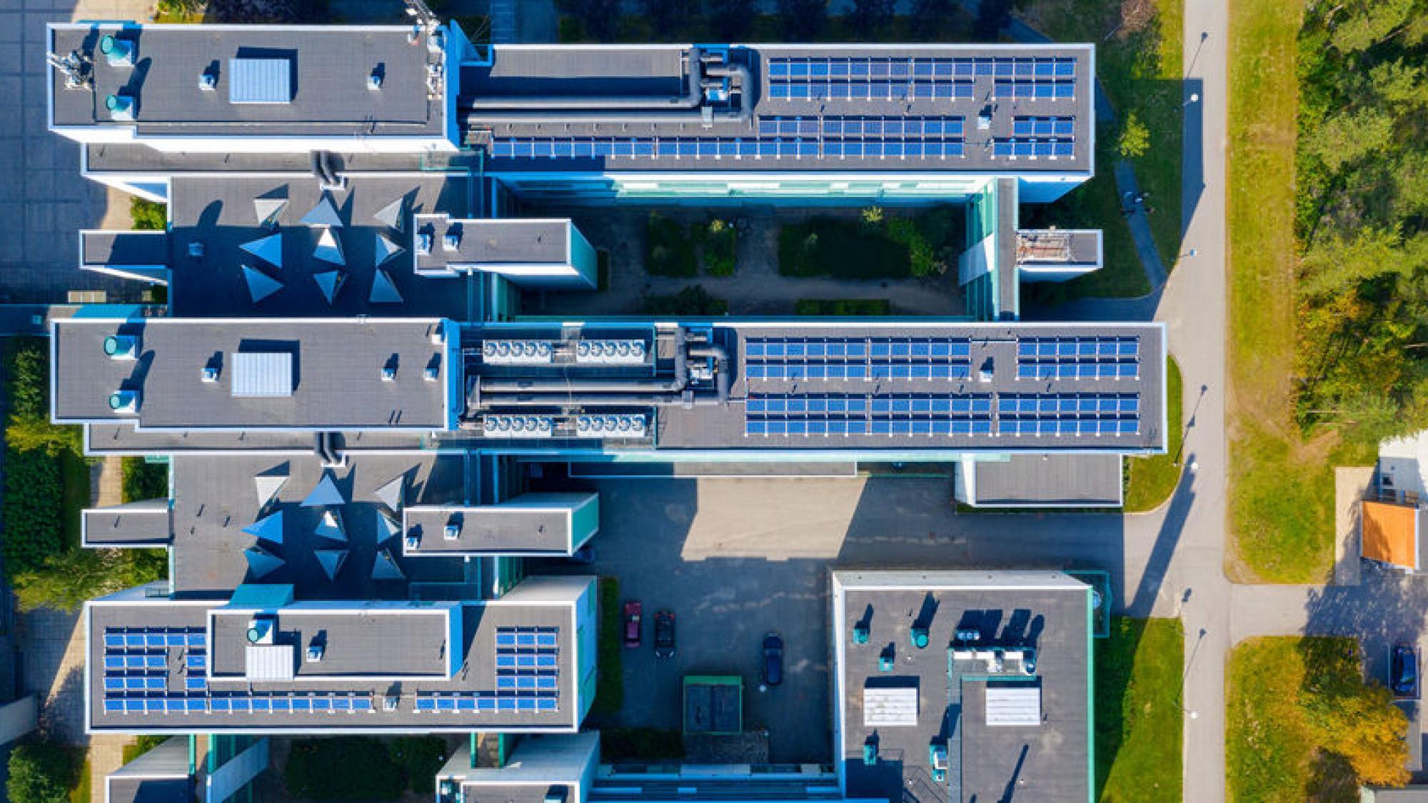 Aurinkopaneeleja Oulun yliopiston katolla