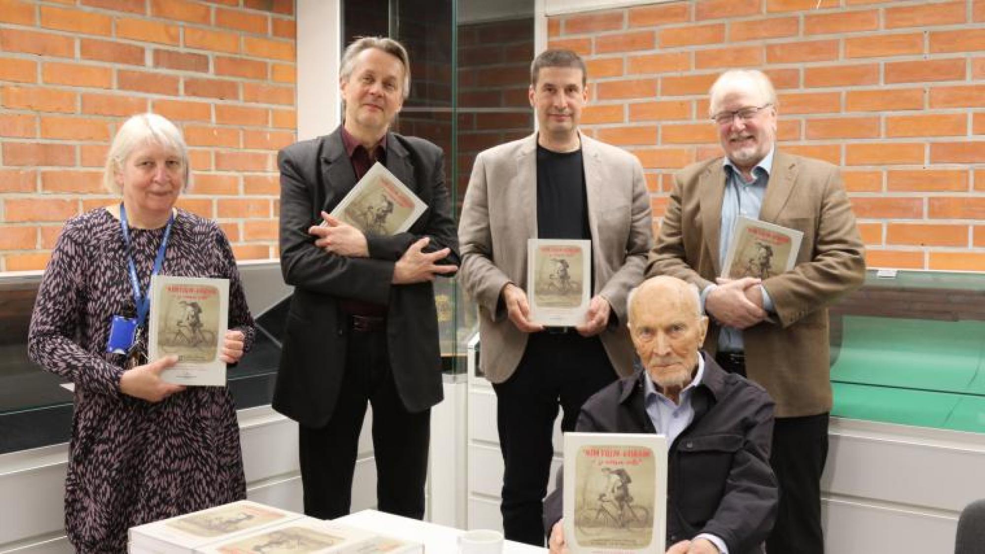 Runoilija Aaro Hellaakosken aikaisemmin julkaisemattomia nuoruuden ajan runoja ja kirjoituksia ensimmäisen kerran julki
