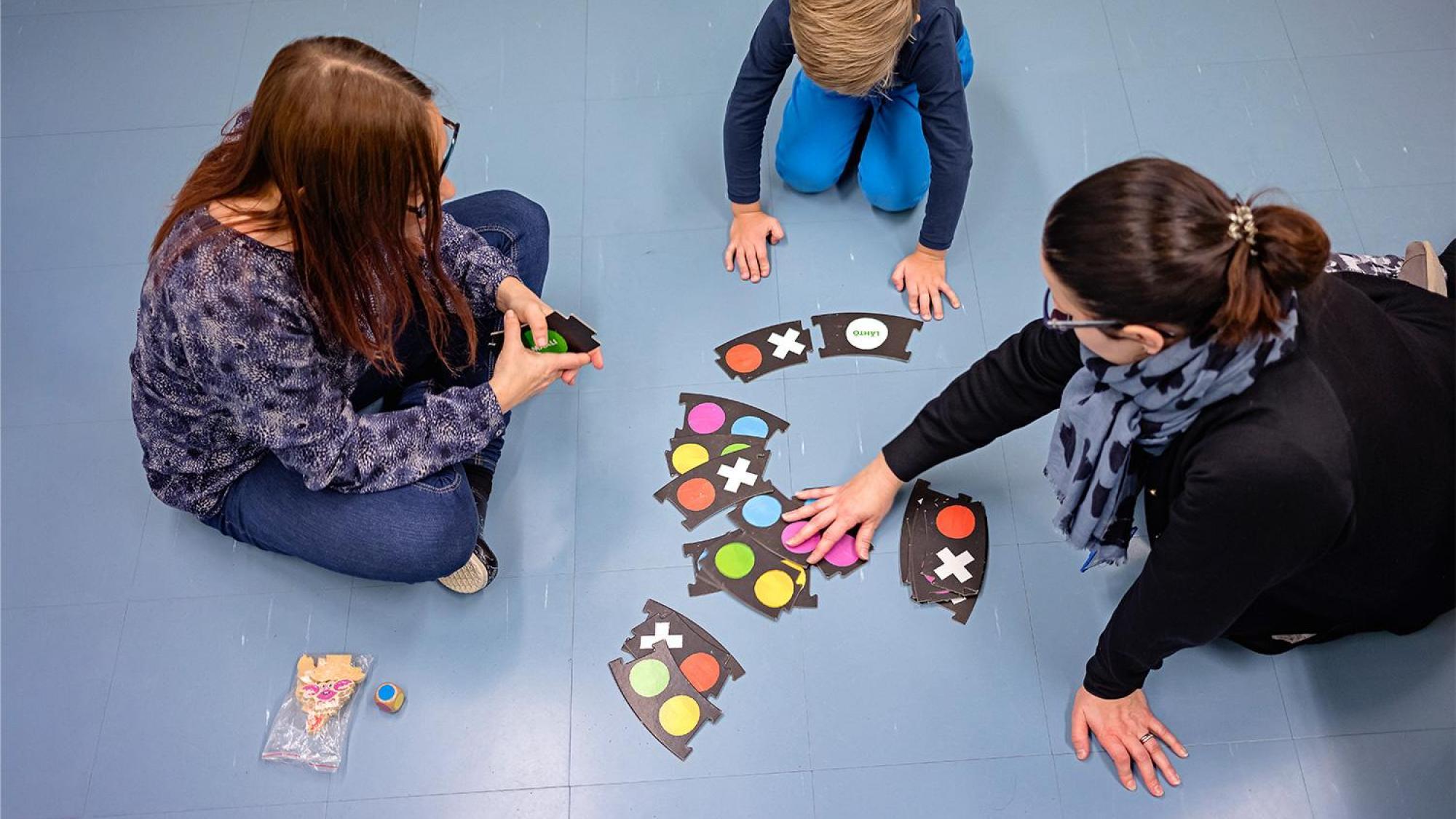 Puheterapeutit auttavat lasta kielen kehittymisessä.